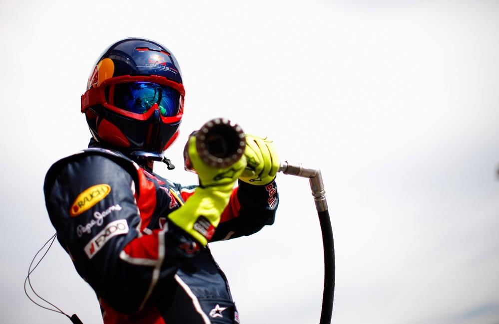 механик Red Bull с гайковертом на тестах в Барселоне 2011