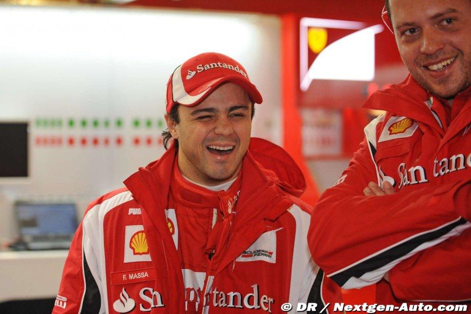 Фелипе Масса и механик Ferrari смеются напредсезонных тестах 2011 в Барселоне