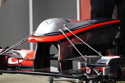 переднее антикрыло странной конструкции на McLaren на предсезонных тестах 2011 в Барселоне