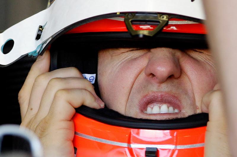 Михаэль Шумахер поправляет шлем на Гран-при Австралии 2010