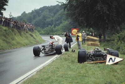 Грэм Хилл отдает свой визор Йо Зифферту на Гран-при Франции 1968
