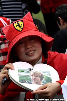 болельщица Себастьяна Феттеля и Ferrari на Гран-при Австралии 2011