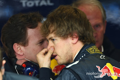 Себастьян Феттель держится за нос на Гран-при Австралии 2011