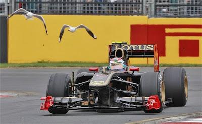Виталий Петров поезжает рядом с чайками на Lotus Renault на трассе Альберт-Парк на Гран-при Австралии 2011