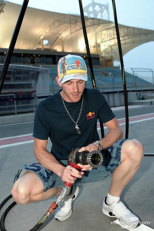 Скотт Спид с гайковертом на питлейне Гран-при Китая 2007