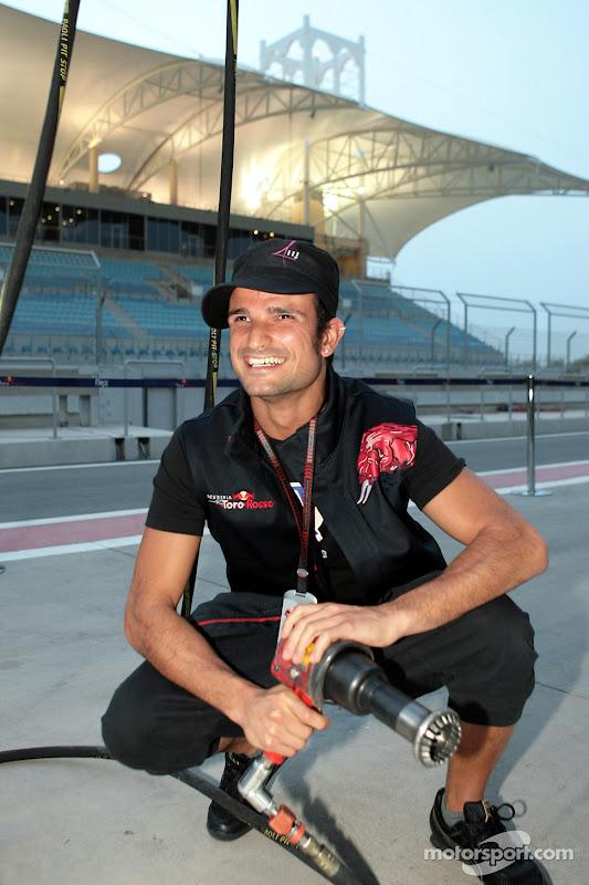 Витантонио Льюцци с гайковертом на питлейне Гран-при Китая 2007