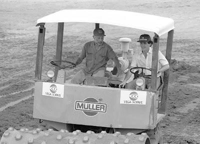 Айртон Сенна за рулем бульдозера трактора на Гран-при Бразилии 1990