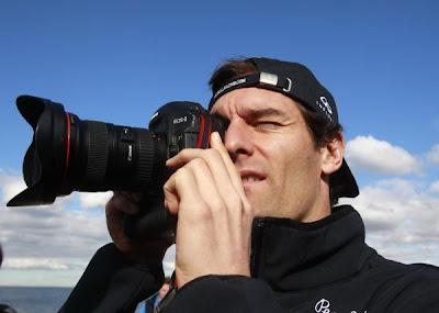Марк Уэббер с камерой в руках на Гран-при Австралии 2011