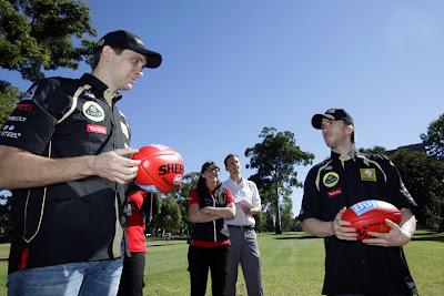 Виталий Петров и Ник Хайдфельд берут уроки австралийского футбола на Гран-при Австралии 2011