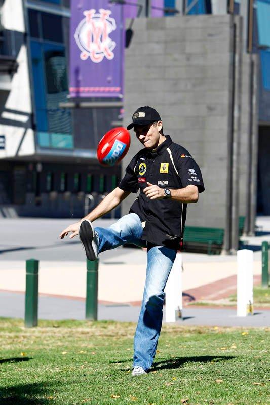 Виталий Петров пинает мяч