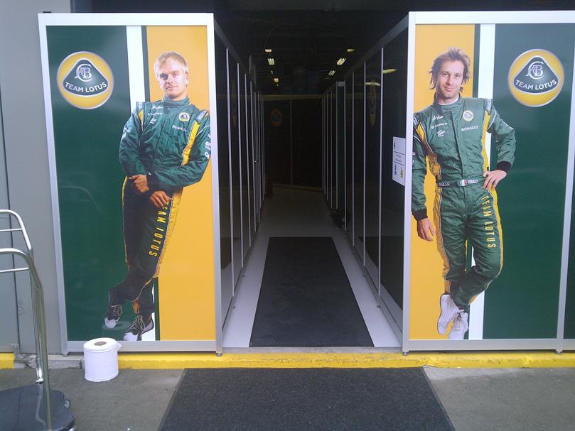 Хейкки Ковалайнен и Ярно Трулли на входе в боксы Team Lotus на Гран-при Австралии 2011 в Альберт-Парке