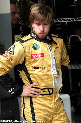 Ник Хайдфельд в золотом комбинезоне на Гран-при Малайзии 2011