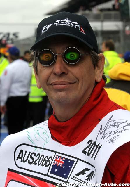 маршал в разноцветных очках с глазами на Гран-при Австралии 2011
