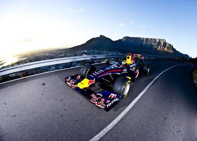 Нил Яни за рулем Red Bull на заездах в Кейптауне по обычной догоге