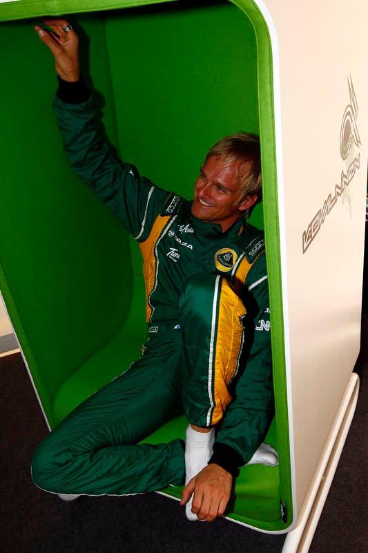 Хейкки Ковалайнен в новом зеленом кресле в гоночной форме