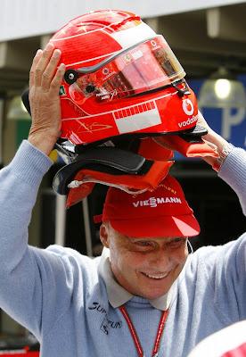 Ники Лауда примеряет шлем Михаэля Шумахера на Гран-при Бразилии 2006