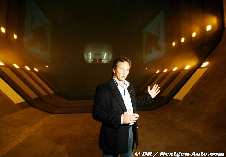 Кристиан Хорнер на заводе команды Red Bull проводит экскурсию