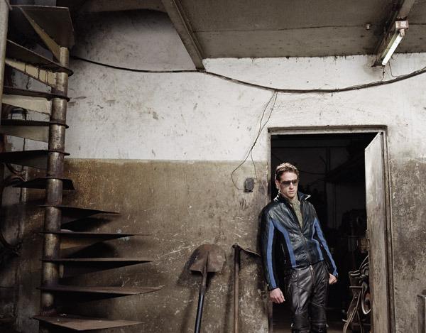Дженсон Баттона в кожаной куртке и очках