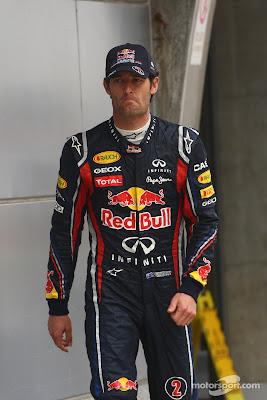 Марк Уэббер шагает по паддоку Шанхая на Гран-при Китая 2011