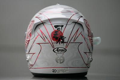 шлем Камуи Кобаяши в поддержку Японии сзади на Гран-при Малайзии 2011