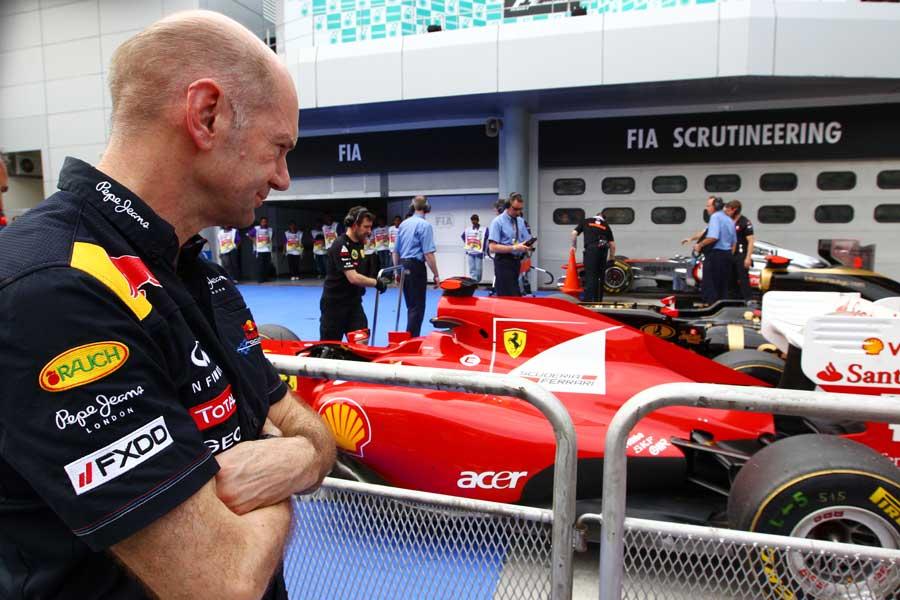 Эдриан Ньюи рассматривает болид Ferrari после квалификации на Гран-при Малайзии 2011