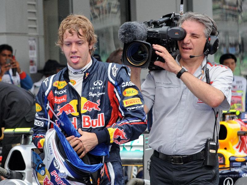 Себастьян Феттель показывает язык после завоеванного поула на Гран-при Малайзии 2011