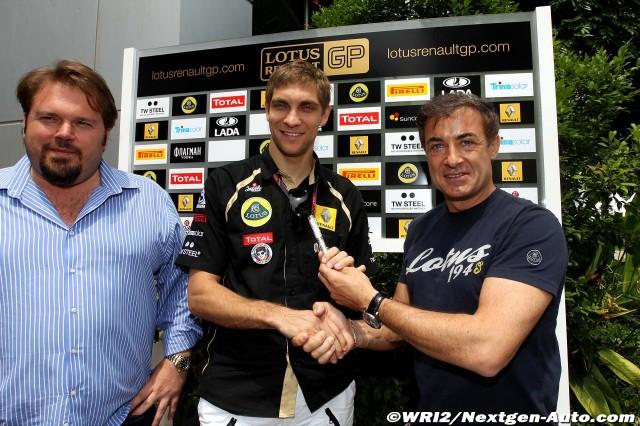Жан Алези вручает ручку Виталию Петрову в честь Дня космонавтики Гран-при Малайзии 2011