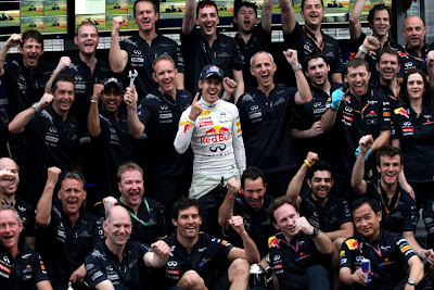 коллективное фото команды Red Bull после победы на Гран-при Малайзии 2011