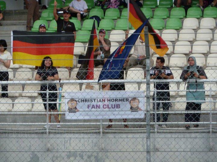 фан-клуб Кристиана Хорнера на трибунах Гран-при Малайзии 2011
