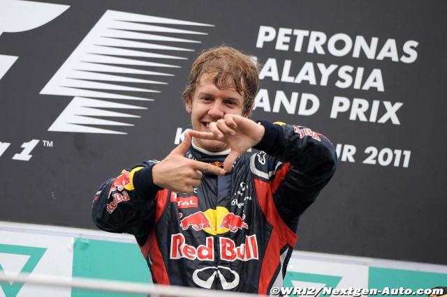 Себастьян Феттель изображает рамку на подиуме Гран-при Малайзии 2011