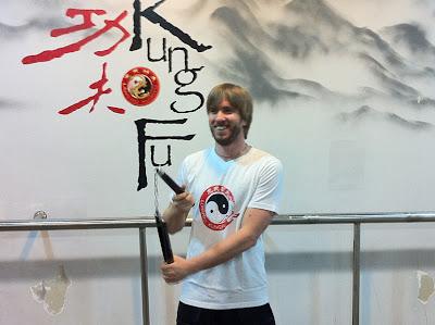 Ник Хайдфельд с нунчаками в Шанхае берет уроки Кунг-фу
