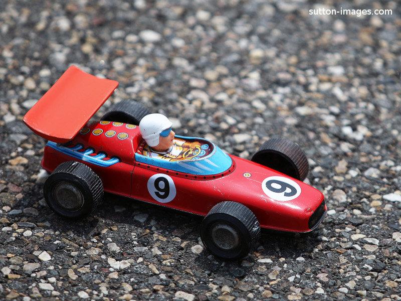 игрушечная машинка на настоящем гоночном треке на Гран-при Китая 2011