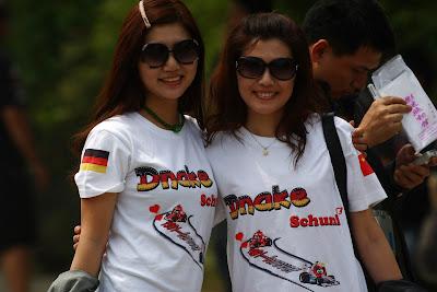 болельщицы Михаэля Шумахера на Гран-при Китая 2011 в pilotoons футболках Ferrari Mercedes GP