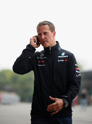 Михаэль Шумахер разговаривает по телефону в паддоке Шанхая на Гран-при Китая 2011