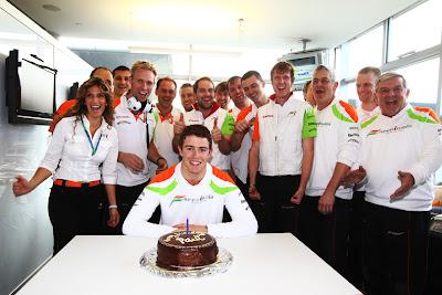 Пол ди Реста в окружении механиков на свое 25-летие на Гран-при Китая 2011