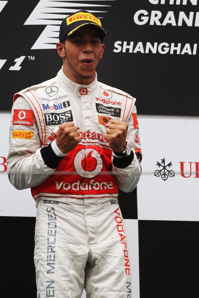 Льюис Хэмилтон празднует на подиуме после победы на Гран-при Китая 2011