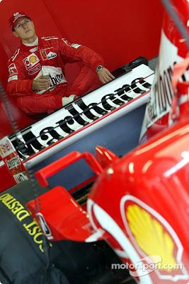 Михаэль Шумахер сидит в боксах Ferrari на Гран-при Австралии 2002