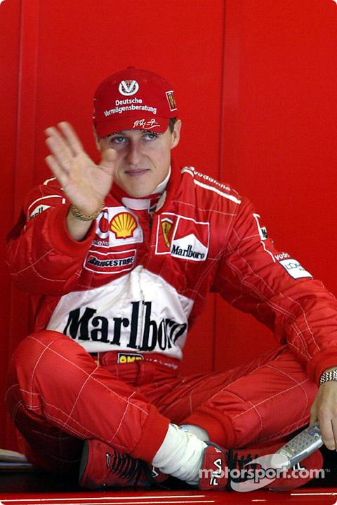 Михаэль Шумахер машет рукой в гараже Ferrari на Гран-при Австралии 2002