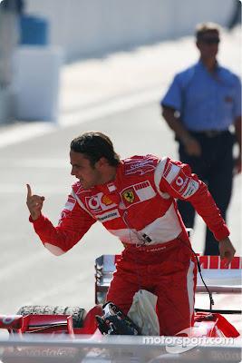 Фелипе Масса вылазит из кокпита Ferrari после победной гонки на Гран-при Турции 2006 и показывает палец