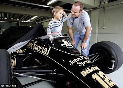 Рубенс Баррикелло сажает сына за руль Lotus Айртона Сенны