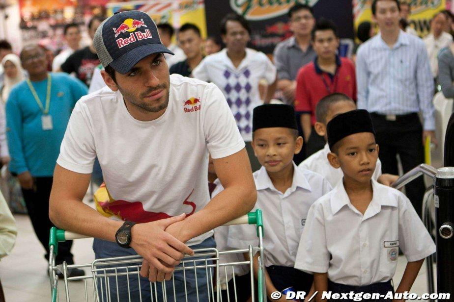 Хайме Альгерсуари с тележкой в супермаркете Giant на Гран-при Малайзии 2011