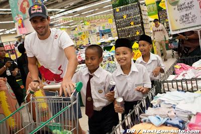 Хайме Альгерсуари вместе с малайзийскими детьми в супермаркете Giant на Гран-при Малайзии 2011