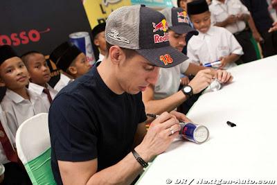 Себастьян Буэми подписывает банки Red Bull на автограф-сессиив супермаркете Giant на Гран-при Малайзии 2011