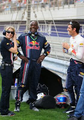 Марк Уэббер со своим физиотерапевтом Роджер Клири на трассе в Бахрейне 2008