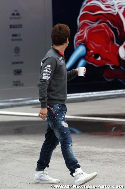 Камуи Кобаяши смотрит на моторхоум Toro Rosso на Гран-при Турции 2011