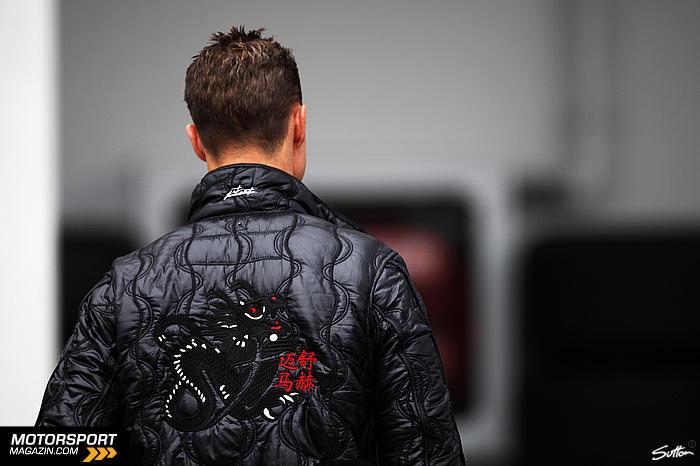 Михаэль Шумахер в куртке с драконом на Гран-при Турции 2011
