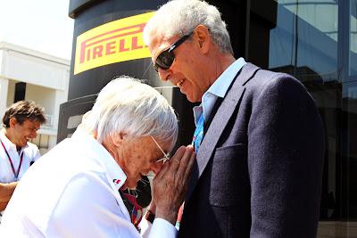 Берни Экклстоун кланяется президенту Pirelli Тронкетти Провера на Гран-при Турции 2011