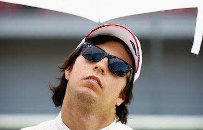 Серхио Перес разминает шею перед тем как сесть за руль на Гран-при Турции 2011 голова влево