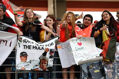 болельщики Нико Хюлькенберга и Льюиса Хэмилтона на трибунах Истамбул-Парка на Гран-при Турции 2011