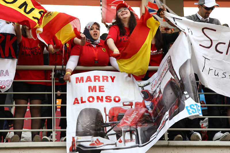 болельщицы Фернандо Алонсо с плакатом Marry me Alonso на Гран-при Турции 2011